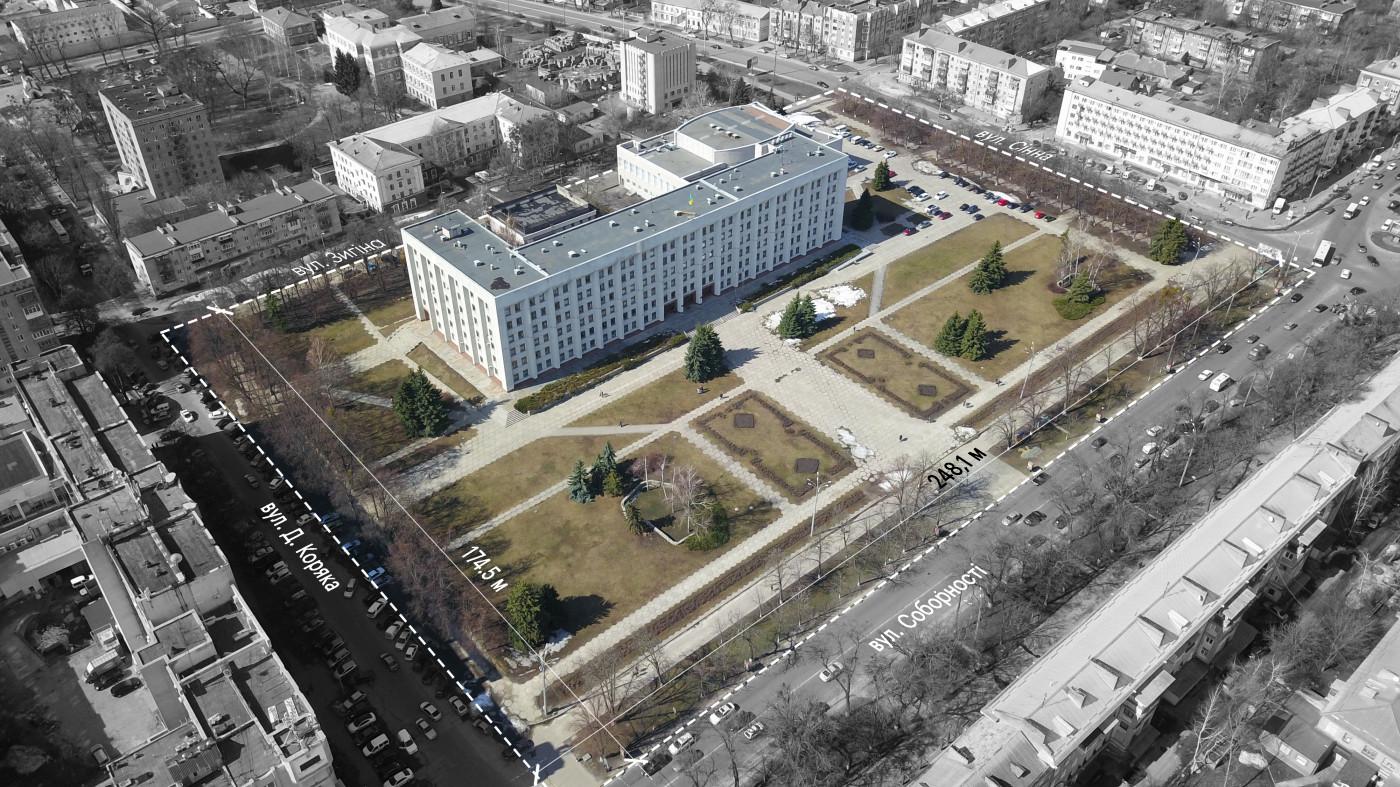 Площа має великий простір, що не співвідноситься до масштабу людини / «Територія Майдану» — площа перед будівлею Полтавської ОДА