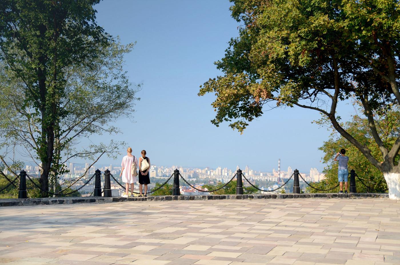 Панорамний вид на Київ, що відкривається зі Старокиївської гори
