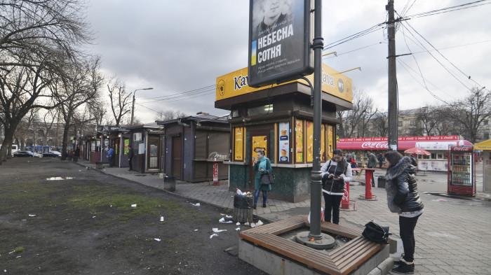 Засмічена територія за МАФами / Відновлення скверу №3 на Контрактовій площі