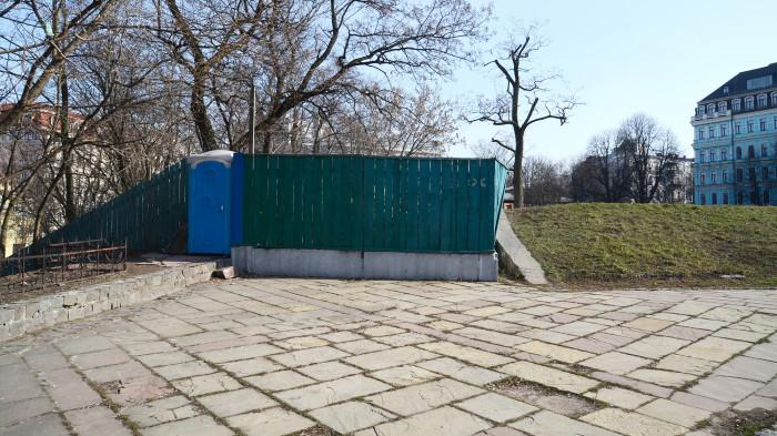 А частину доріжок завалено будівельним сміттям / Відновлення Старокиївської гори