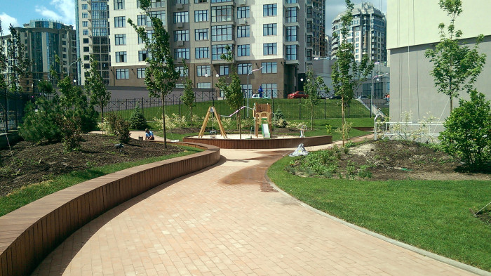 Лави біля дитячого майданчика / Новопечерська школа