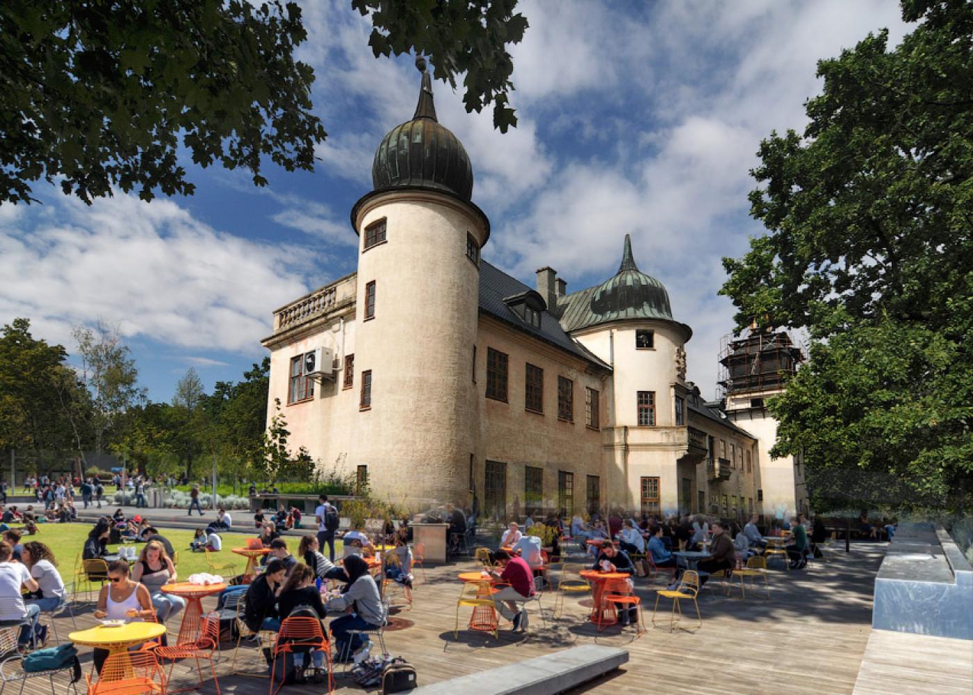 Колаж про те, як може виглядати громадський простір перед палацом