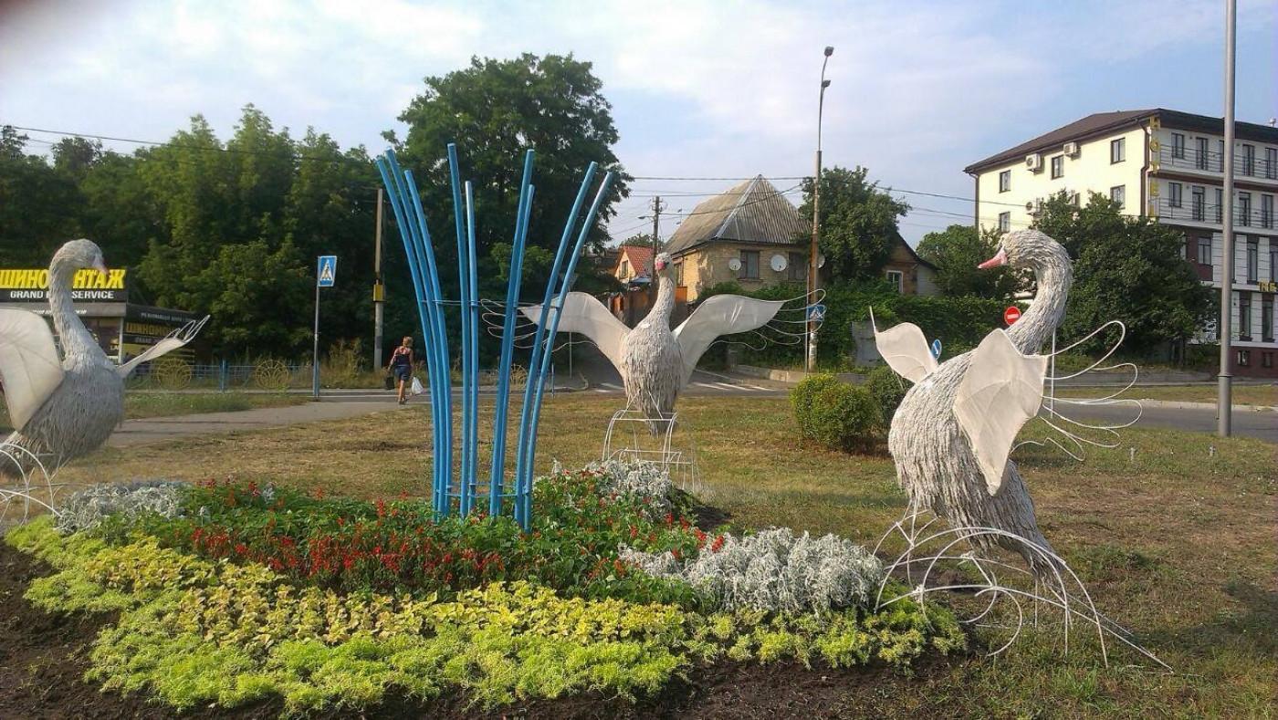 Композиція, встановлена Зеленбудом на проспекті Лобановського в Києві.