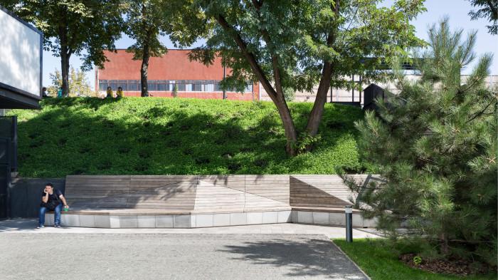 Bench near the retaining wall /  创新园区——单位城